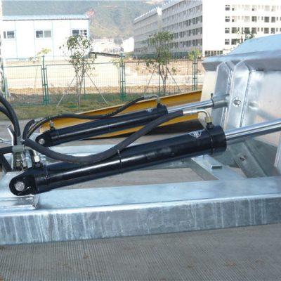 """사용하기 쉬운 포지티브 잠금 메커니즘. 안전 체인은 호퍼를 취급 차량에 고정시킵니다. 용접 이음새는 누출을 방지합니다. 깊은 포크 오프닝. 2 """"는 윗입술을 형성했습니다. 높은 가시성 블루 에나멜 마감"""